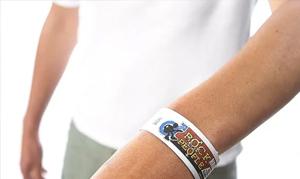 Personne portant un bracelet tyvek au poignet.