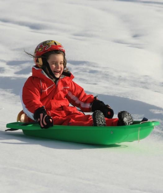 Luge enfant pilotée par une fillette.