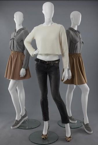 Trois mannequins constitués de plastique.