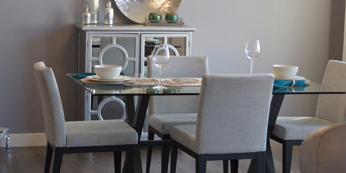 Table de salle à manger entourée de chaises.