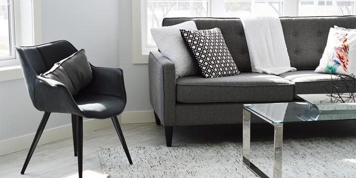 Salon convivial avec du mobilier de couleur gris clair.
