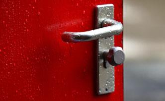 Porte de service sur mesure : un accès pratique