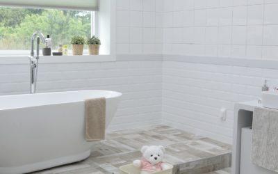 Miser sur le bon revêtement pour une salle de bain pratique et fonctionnelle